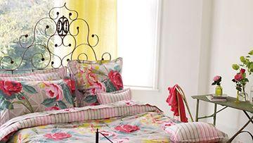 Sänkyvaatteiden päivityksellä koko makuuhuone kukkii kevättä.