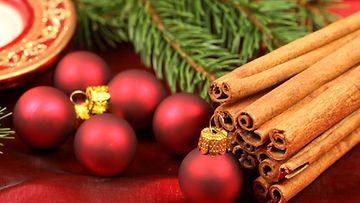 Joulukranssin voi koristella vaikkapa pienillä joulupalloilla.