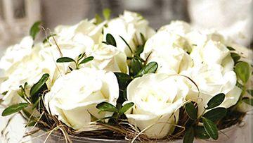 Kukka-asetelma on aina toivottu lahja. Tee se itse esimerkiksi vanhaan kakkuvuokaan.