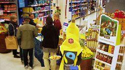 Reilun kaupan viikolla vapaaehtoiset järjestävät kaupoissa Reilun kaupan tuotemaistiaisia.