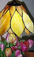 Tulppaania muistuttava lampunvarjostin