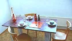 Pöydän pinta on puotipaperilla päällystetty ja découpage-käsitelty.