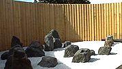 Japanilaisessa puutarhassa kivien karua kauneutta