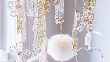 Askartele vanhoista pitsinauhoista ja valkoisista koristeista kaunis joulu-mobile.