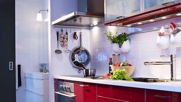 Keittiössä tyhjäksi jäävää seinätilaa voi hyödyntää myös erilaisin säilytystangoin.