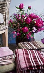 Pienillä somisteilla, kuten kukilla ja kodintekstiileillä, saa ihmeitä aikaan. Kuva: Hemtex