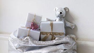 Joulupukin lahjasäkistä löytyy talvisen metsän asukkaita.