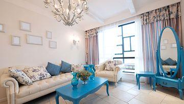 Siniseksi maalatut huonekalut tuovat sisustukseen pirteyttä.