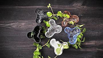 Aalto-vaasin pienoiskokoelmaa saa kuudessa eri värissä.