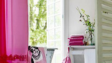 Kylpyhuoneenkin voi tänä keväänä kietoa tyttömäiseen värimaailmaan.