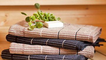 Mökkisaunan hellivien löylyjen jälkeen on ihana kietoutua pehmeään pyyhkeeseen. Kuvassa Finlaysonin Ruoko-froteepyyhkeet.
