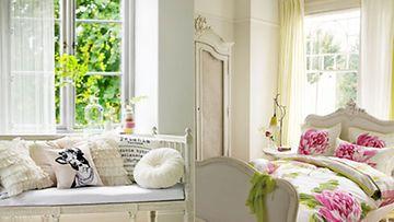 Raikas valkoinen tehostaa muita värejä ja päästää valon kauniisti sisään.
