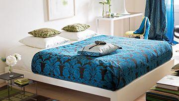 Iso sänky sopii pienempäänkin huoneseen.