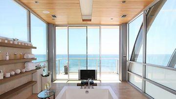 Kylpyhuoneessa voi nauttia hemmottelevasta vaahtokylvystä, mikä sopii varmasti muillekin kuin Samantha Jonesille.
