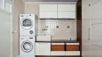 Paljaat pöytäpinnat ja ovelliset kaapit pelastavat kodinhoitohuoneen.