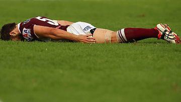Australialainen rugbypelaaja juhlii tekemäänsä maalia lankuttamalla.