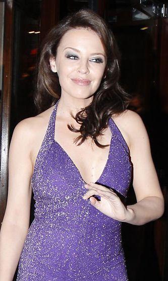 Kylie Minogue kiistää käyttävänsä Botoxia, mutta luonnottoman korkealla olevat kulmakarvat, pulleat posket ja silkinsileä otsa viittaavat muuhun.