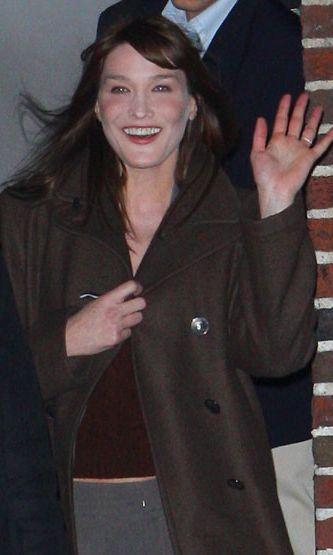 Carla Brunin Botoxin käyttä on mennyt överiksi. Naisen silmät ja hamsteriposket kertovat totuuden.