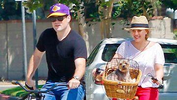 Hilary Duff kuvattiin pyöräretkellä miehensä Mike Comrienin ja lemmikkien kanssa.