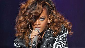 Rihannan kasvoissa on yhä jälkiä pahoinpitelystä.