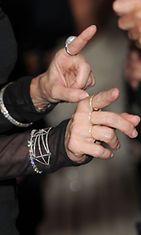 Vuoden 2011 kuva paljastaa Madonnan ryppyiset kädet.