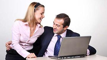 Flirttailu työpaikalla voi olla merkki työssä viihtymättömyydestä.