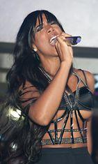 Kelly Rowland asu alkoi nousta kohti korvia kesken esitystä.