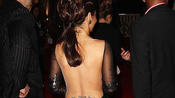 Avonainen selkä paljasti Cheryl Colen tatuoinnit.