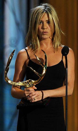 Jennifer Anistonin kihlasormus ei jäänyt gaalassa huomaamatta.
