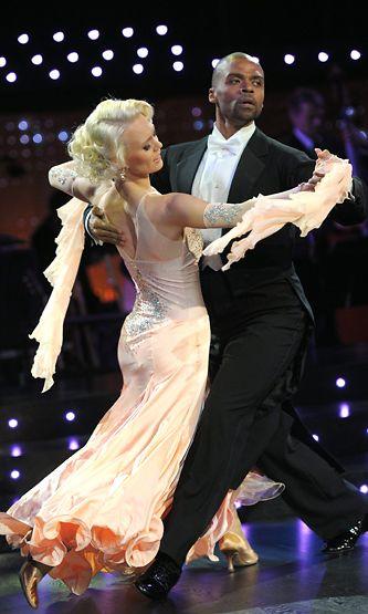 Tanssipari Jani Toivola ja Jutta Helenius tanssin pyörteissä Tanssii tähtien kanssa -ohjelmassa Helsingissä 6. marraskuuta 2011.