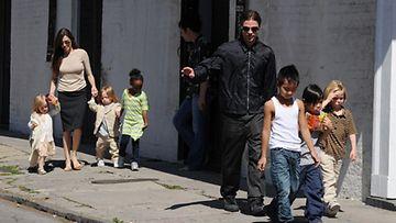 Brangelinan perhe sunnuntaikävelyllä New Orleansissa maaliskuussa 2011.