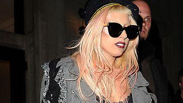 Lady Gaga alasti Supremen kuvauksissa.