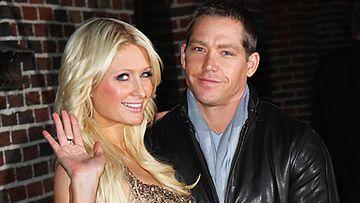 Paris Hilton ja Cy Waits shoppailivat koruliikkeessä.
