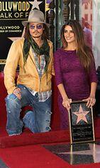 Penélope Cruz poseeraa vierellään ystävänsä Johnny Depp.