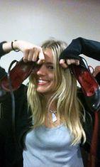 Sienna Miller lahjoitti kenkäparinsa hyväntekeväisyyteen.