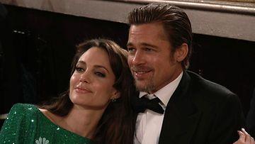 Angelina Jolie ja Brad Pitt ovat peukalo keskellä kämmentä keittiössä.
