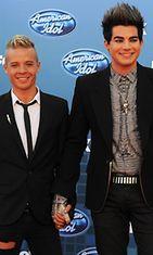 Sauli Koskinen ja Adam Lambert pitivät käsistä kiinni American Idolin kymmenennen tuotantokauden finaalilähetyksen punaisella matolla.