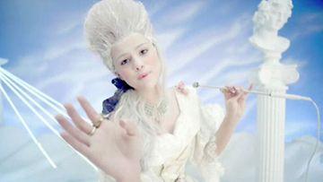 Selena Gomezin kappaleen Love You Like a Love Song musiikkivideo.