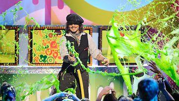 Johnny Depp peitti eturivin vihreään mönjään Nickelodeon Kid's Choise -gaalassa.