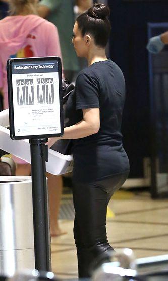 Kim Kardashian lentokentällä (LAX) 26. kesäkuuta 2012.