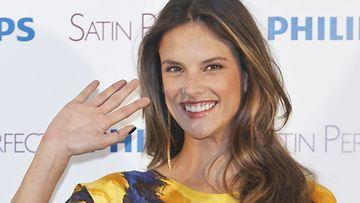 Alessandra Ambrosio on raskaana