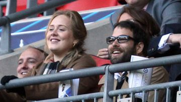 Adele yhdessä poikaystävänsä Simon Koneckin kanssa katsomassa jalkapalloa (huhtikuu 2012).