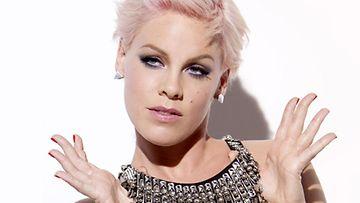 2012: Pink on uusi Covergirl-kasvo.