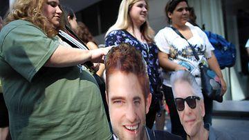 2012 elokuu: Robert Pattinsonin fanit odottavat näkevänsä vilauksen idolistaan Cosmopolis-elokuvan ensi-illassa New Yorkissa.