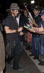 Johnny Depp jakoi nimikirjoituksia faneille Hollywoodissa heinäkuussa 2012.