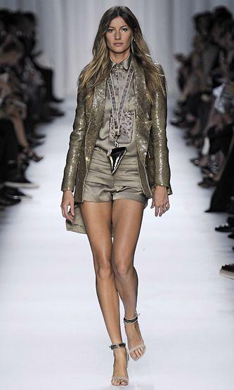 Gisele Bündchen Givenchyn kevään 2012 muotinäytöksen mallina.