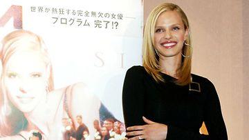Rachel Roberts S1m0ne-elokuvan pressitilaisuudessa Japanissa.