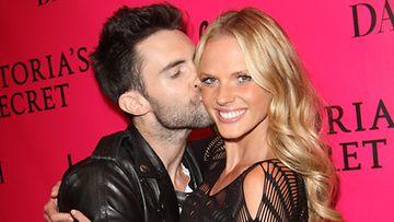 Adam Levine & Anne Vyalitsina erosivat kahden vuoden seurustelun jälkeen.