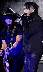 Johnny Depp ja Marilyn Manson esiintyvät 2012 Revolver Golden Gods Award Showssa