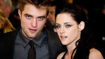 Twilight-pariskunta Robert Pattinson ja Kristen Stewart Aamunkoi-elokuvan Englannin ensi-illassa.